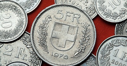 Обзор рынка: Европейские биржи снижаются, швейцарский франк ослаб