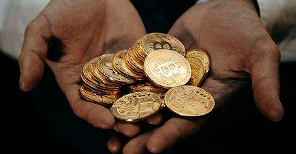 Как цена биткоина зависит от спроса на него