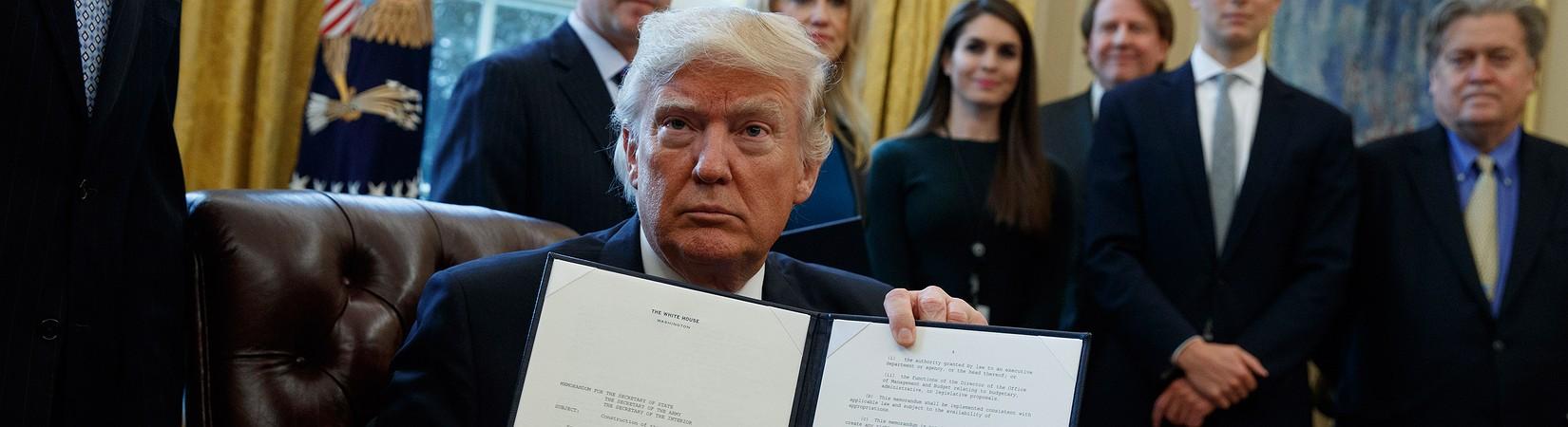 """Trump: """"Costruiremo il muro!"""""""