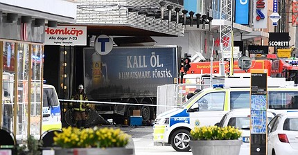 Attentato in Svezia: un camion piomba sulla folla nel centro di Stoccolma