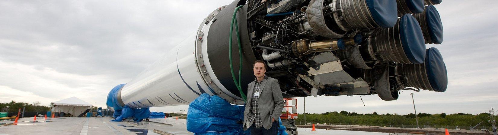 Elon Musk svela la tuta spaziale di SpaceX