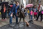 """Wall Street, la scultura del cane che urina sulla """"Fearless Girl"""""""
