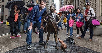Рядом со статуями «Атакующего быка» и «Бесстрашной девочки» появился «Писающий мопс»