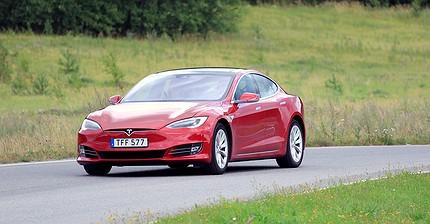 ВИДЕО: Tesla обошла Porsche в уличной гонке