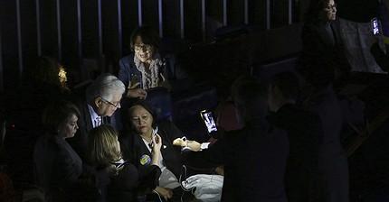 Фото дня: Заседание сенаторов-оппозиционеров в Бразилии прошло в темноте