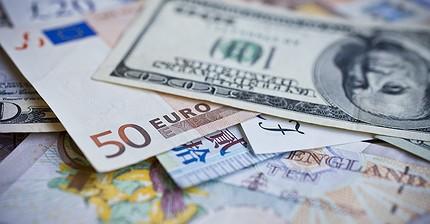 Обзор рынка: Европейские индексы замедлили рост, фунт и евро дорожают