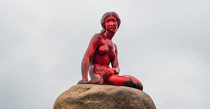 Фото дня: Зоозащитники облили краской статую Русалочки в Копенгагене