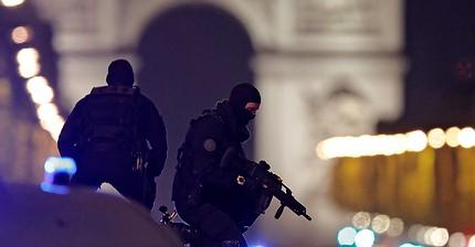 Matan a un policía y otros dos resultan heridos en un ataque en los Campos Elíseos de París