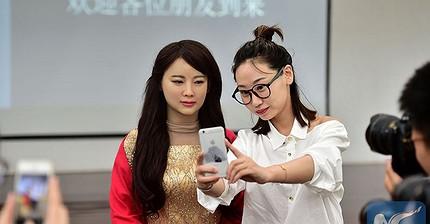Китайская женщина-робот оказалась со странностями