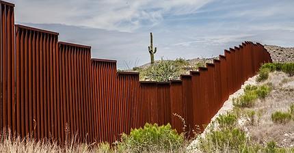 """Trump ordina la costruzione del muro: """"Lo pagherà il Messico"""""""