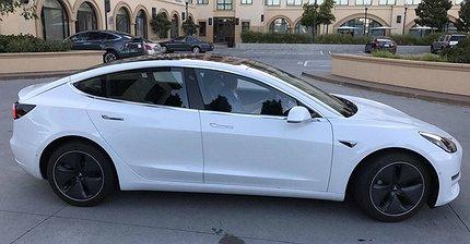В Сеть утекли «живые» фотографии Tesla Model 3