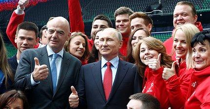 Фото дня: Владимир Путин и президент ФИФА осмотрели новый стадион «Краснодара»