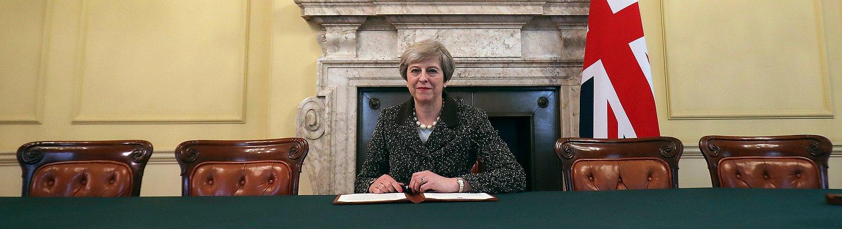 Theresa May assinou carta para dar início ao Brexit