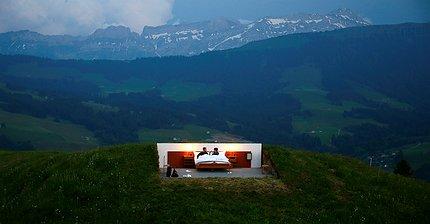 Фото дня: В Швейцарии открылся отель без стен, зато с панорамным видом на Альпы