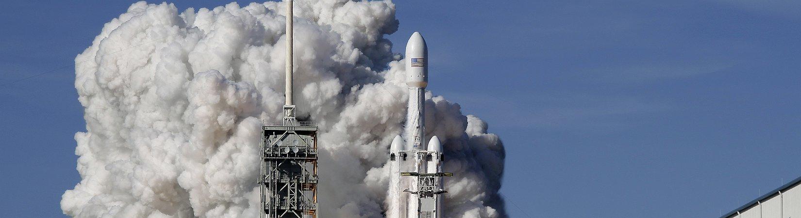 SpaceX lanza con éxito el Falcon Heavy