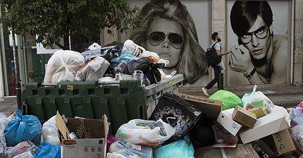 Фото дня: Афины погрязли в мусоре из-за протеста коммунальщиков