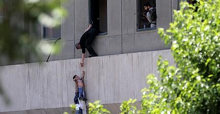В парламенте и мавзолее Хомейни в Иране неизвестные открыли стрельбу