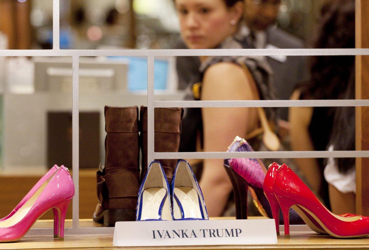Shoes.com, una tienda canadiense de zapatos en línea, dejó de vender la  línea de zapatos de Ivanka Trump en noviembre. La empresa anunció que había  retirado ...