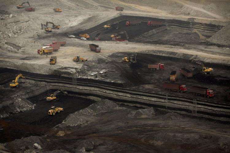 Машины работают на открытом угольном разрезе неподалеку от Ордоса