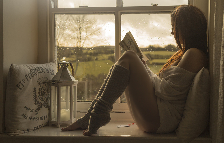 фото возле окна