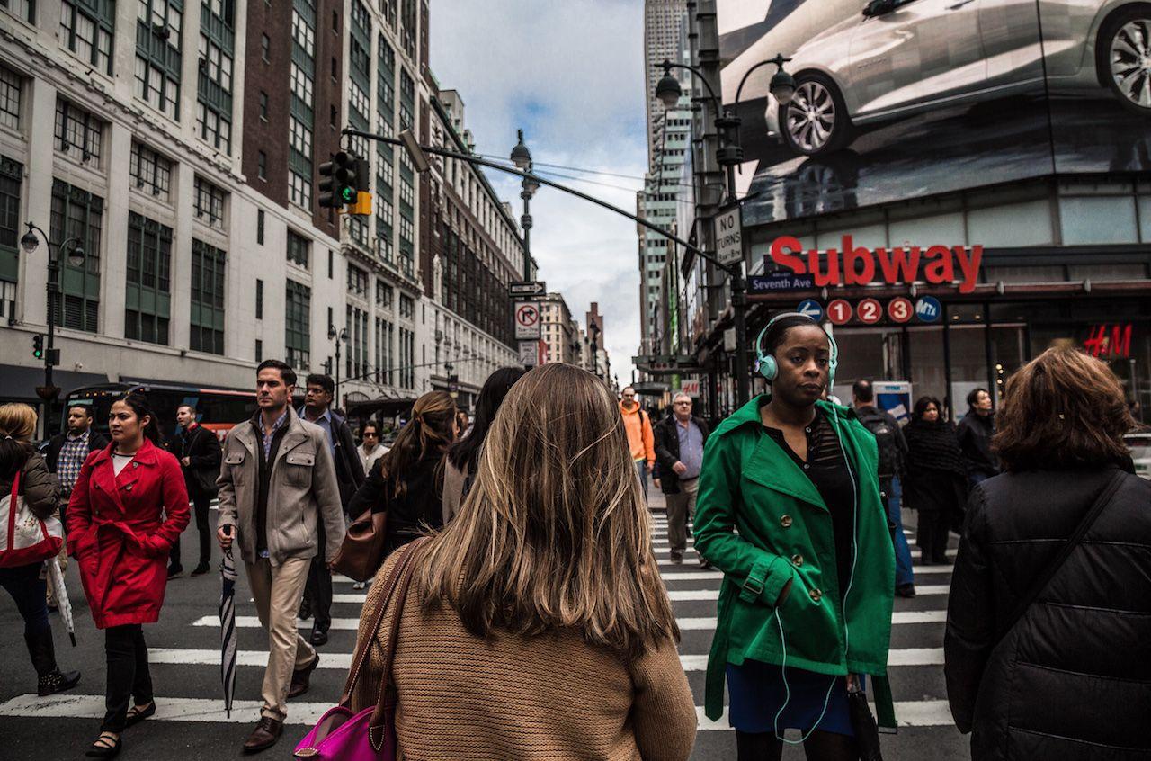 Persona caminando por una enorme calle